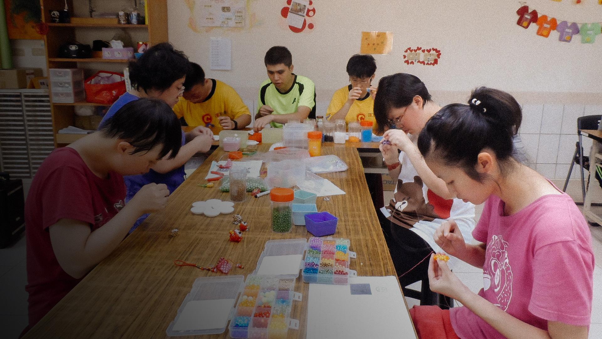 社團法人臺南市慈光心智關懷協會-「慢天使」們正在努力學習製作串珠