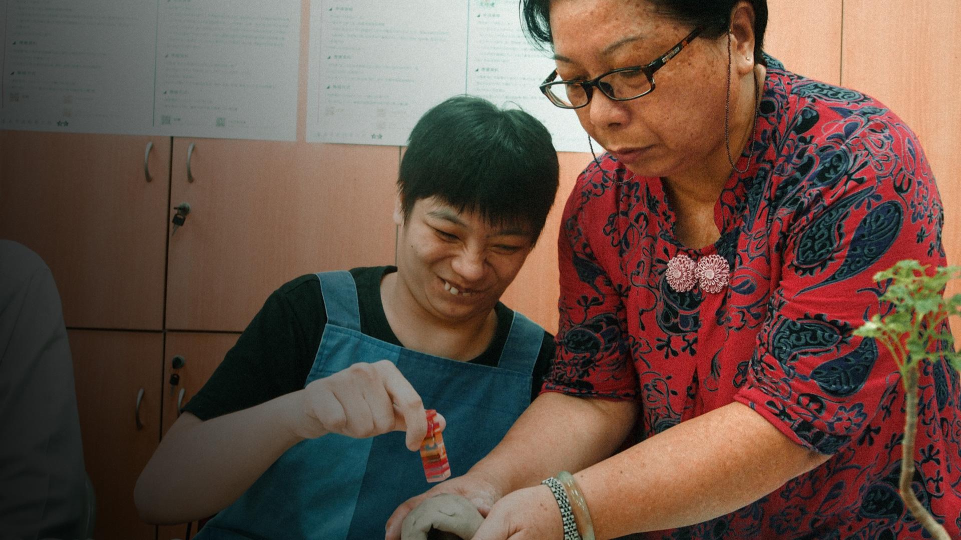 媽媽從旁協助王怡靜的工作