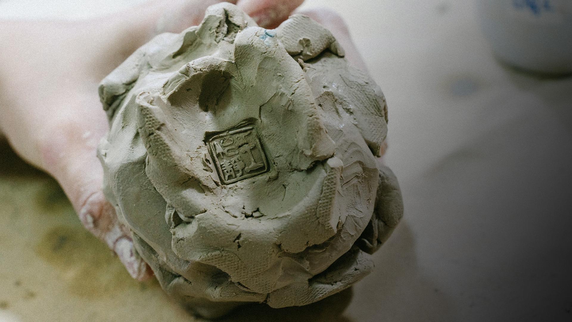 王怡靜展示自己製作中的作品