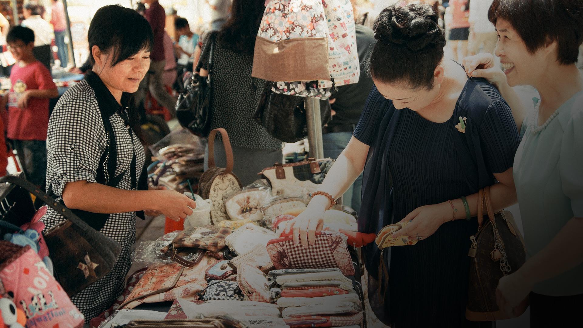 郭惠玲正在販售自己的作品